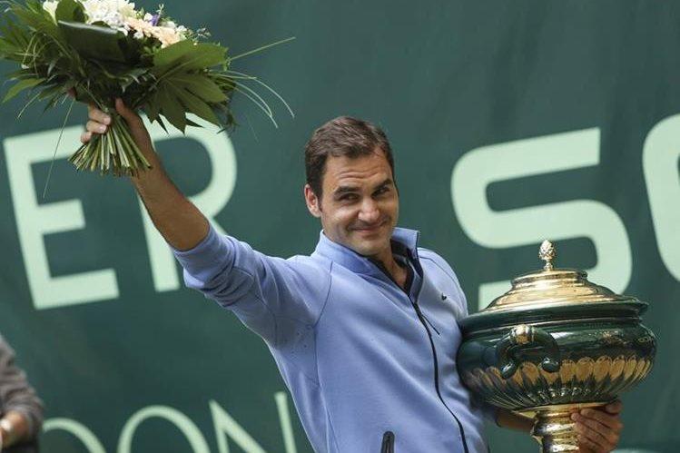 Así festejó Roger Federer, después de su última conquista, en Alemania. (Foto Prensa Libre: AP)
