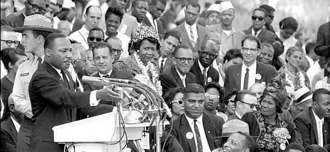 El Dr. Martin Luther King Jr. , presidente de la Conferencia de Liderazgo Cristiano del Sur durante una renión frente al Lincoln Memorial  en Washington , DC el 28 de agosto de 1963. ( Foto AP )