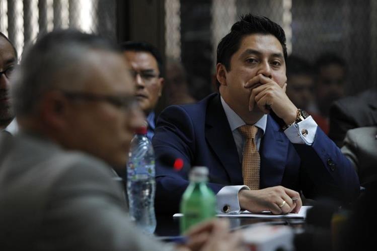 Mario Cano, defensor de Baldetti observa a Salvador González, alias Eco, mientras revela la existencia de las empresas de la exfuncionaria. (Foto Prensa Libre)