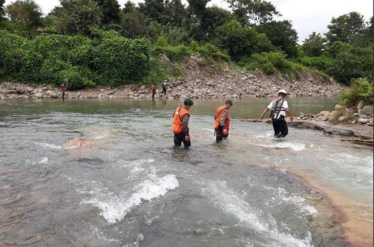 Soldados y vecinos buscan a un niño de 11 años arrastrado por un río en Malacatán, San Marcos. (Foto Prensa Libre: Ejército)