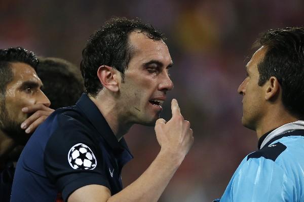 Diego Godín le reclama al árbitro, por el codazo recibido por Luis Suárez del Barcelona. (Foto Prensa Libre: AP)