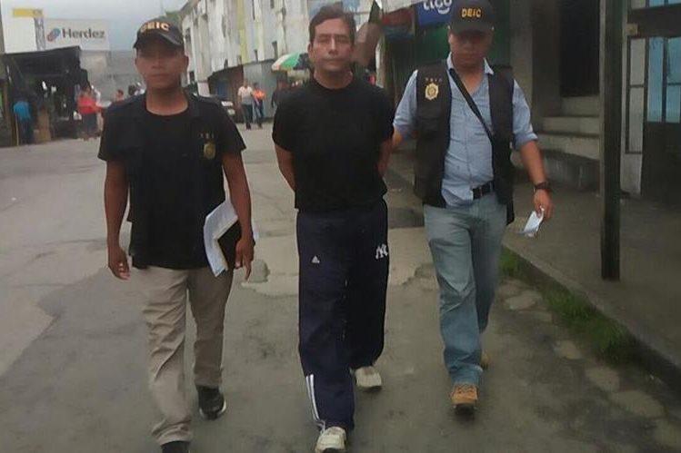 Saúl Waldemar Tahuite Ramírez al ser trasladado al juzgado de turno de Escuintla. (Foto Prensa Libre: PNC).