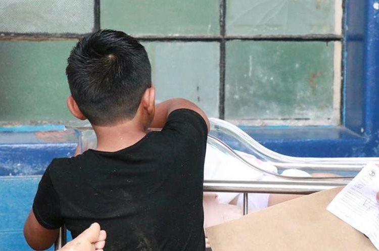 Gerson López Tzoc llora por el fallecimiento de su madre en el percance vehicular que se habría originado por exceso de velocidad. (Foto Prensa Libre: Cristian Icó)