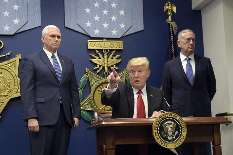 El presidente de EE. UU., Donald Trump (al centro), durante su visita al Pentágono. (Foto Prensa Libre: AP).