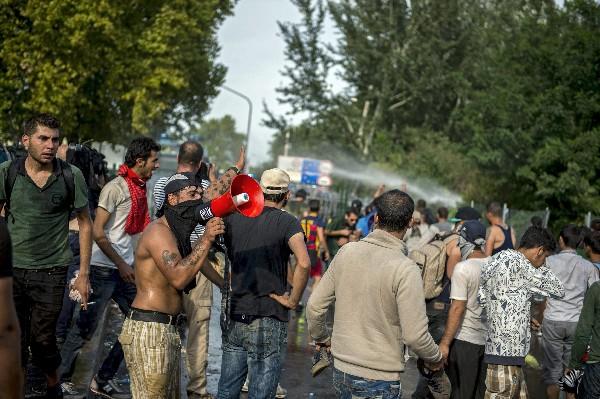 Refugiados protestan en la estación cerca de Horgos, Serbia.