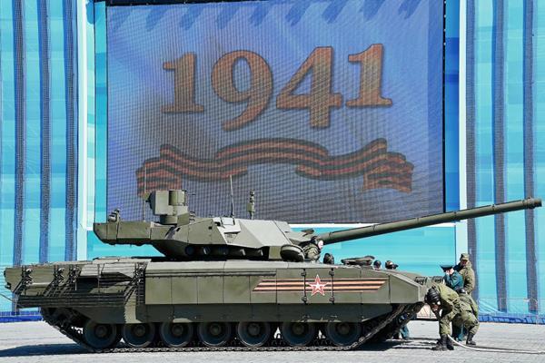 El tanque ruso estaba listo para ser remolcado durante un ensayo en Plaza Roja en Moscú (Foto Prensa Libre:AFP)