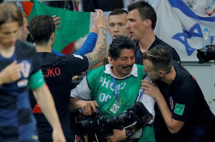 Los jugadores croatas se disculparon con el fotógrafo después del incidente. (Foto Prensa Libre: Twitter @AdamSerrano)