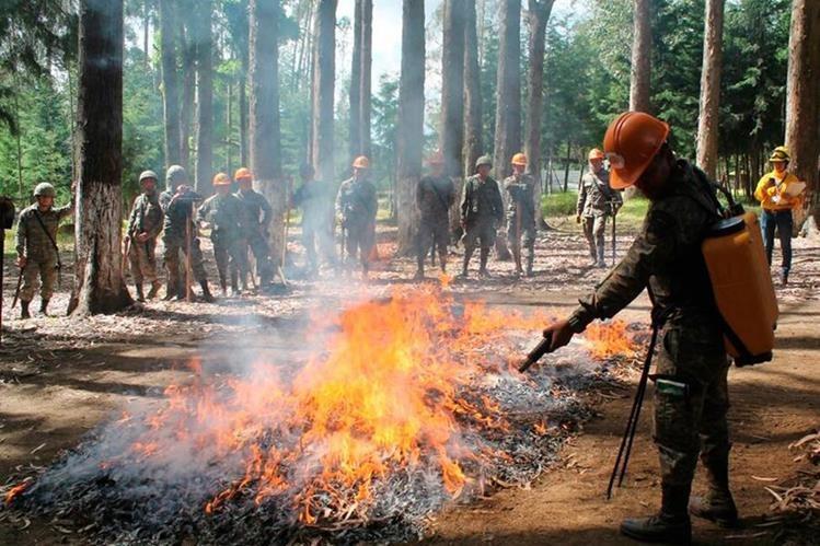Bomberos Municipales Departamentales sofocan un incendio que se registró recientemente en Malacatán, San Marcos. (Foto Prensa Libre: Whitmer Barrera)