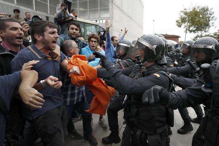 La Guardia Civil ha intervenido en el centro de votación de Sant Julià de Ramis (Girona) donde inicialmente tenía previsto votar el presidente de la Generalitat, Carles Puigdemont, en el referéndum independentista del 1-O suspendido por el Tribunal Constitucional. (Foto Prensa Libre: EFE)