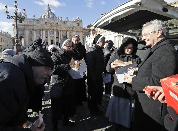 Distribuyen comida y bebidas a los necesitados en la plaza de San Pedro.(AP).