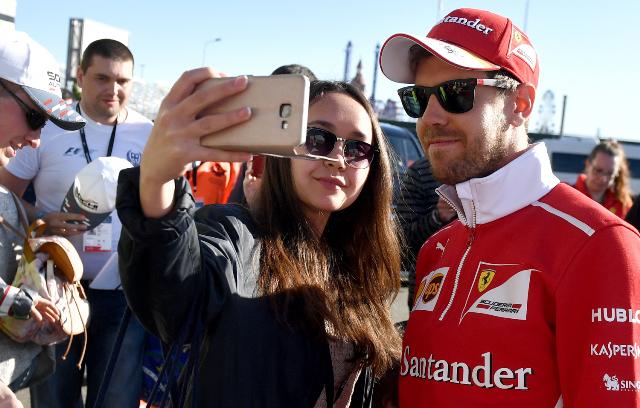 Sebastian Vettel ha comenzado muy bien la temporada de la Fórmula Uno. Este fin de semana espera lucirse en Rusia. (Foto Prensa Libre: AFP)