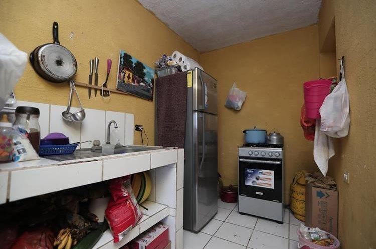 La casa de María Fernanda y Darlyen es muy pequeña. Acá la pequeña cocina de la familia. (Foto Prensa Libre: Juan Diego González)