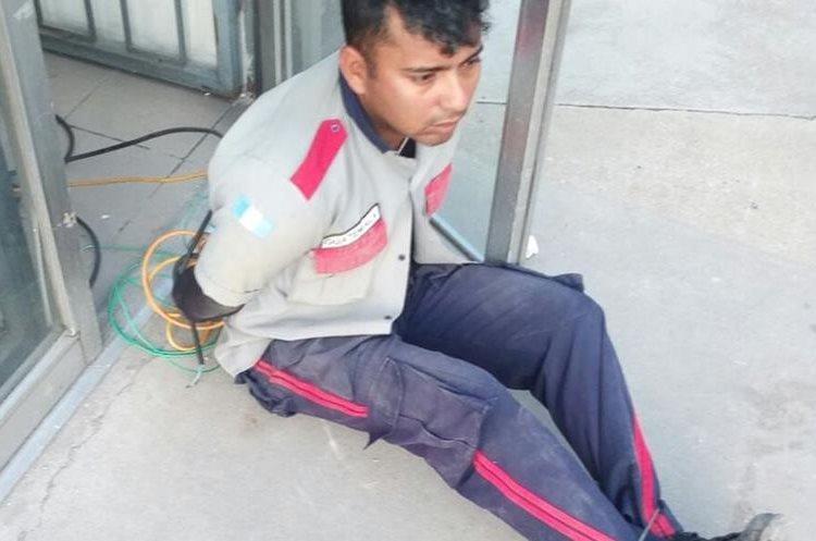 Delincuentes le robaron un arma de fuego a un guardia privado que resguardaba una gasolinera en Villa Nueva. (Foto Prensa Libre: Dalia Santos)