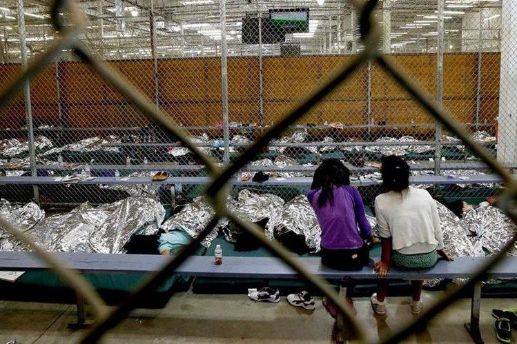 Niños migrantes fueron ubicados con custodios sin residencia legal en EEUU. (AP)