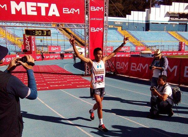 Con los brazos en alto, así celebró Mario Pacay su primer triunfo en la San Silvestre. (Foto Prensa Libre: Norvin Mendoza)