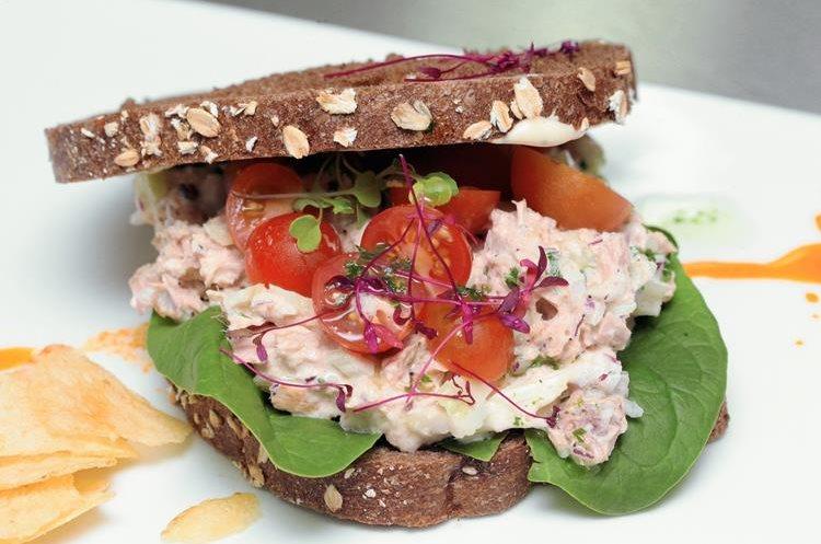 Un saludable sándwich de atún, fácil de preparar (Foto Prensa Libre, Ángel Elías).