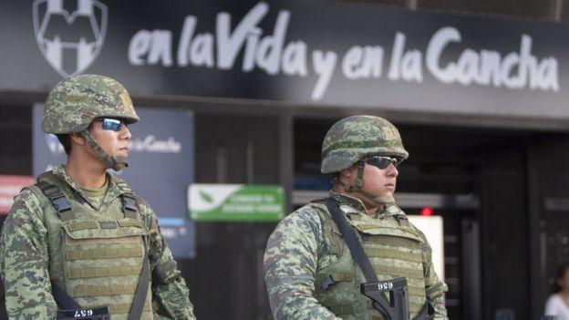 Algunos analistas consideran que la seguridad es uno de los retos que tendría México para organizar un mundial de futbol por cuenta propia. (GETTY IMAGES)