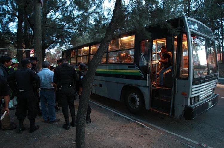 Policías en el lugar de un hecho violento, sobre el Periférico. (Foto Prensa Libre: Estuardo Paredes)