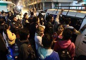 Usuarios tienen que pagar Q5 en microbuses en las noches para llegar a sus destinos de la zona 18. (Foto Prensa Libre: Álvaro Interiano)