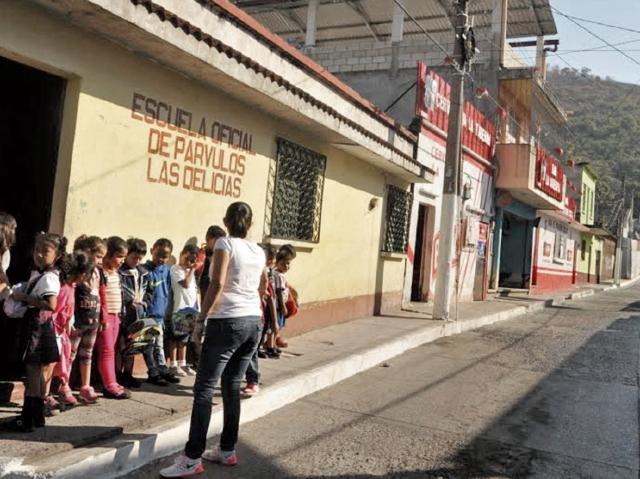 La Escuela Oficial de Párvulos Las Delicias, en Cuilapa, Santa Rosa, se ubica en una calle en la que funcionan varias ventas de licor y prostíbulos, lo que preocupa a los padres de familia. (Foto Prensa Libre: Oswaldo Cardona)