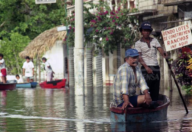 En Taxisco, Santa Rosa varias aldeas quedaron inundadas por el paso de la tormenta tropical Mitch en 1998. (Foto: Hemeroteca PL)