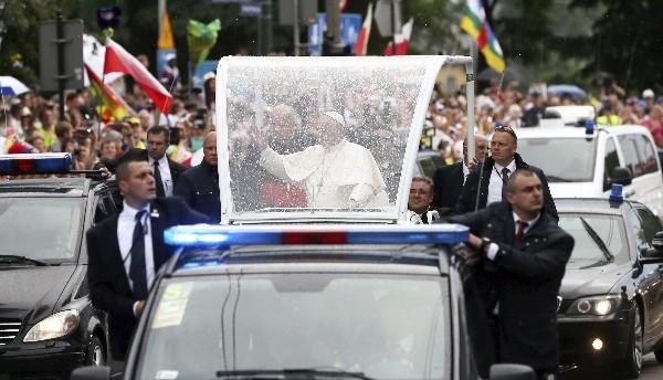 El Papa saluda a los fieles frente al castillo de Wawel.(EFE)