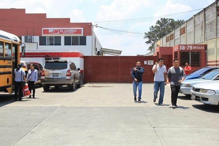Instalaciones de El Correo en la zona 12 permanecieron cerradas. (Foto Prensa Libre: Esbin García).