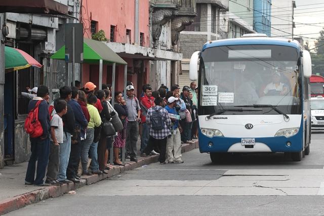 Usuarios del Transurbano hacen filas para abordar una unidad en la zona 1 capitalina. (Foto Prensa Libre: Hemeroteca PL)