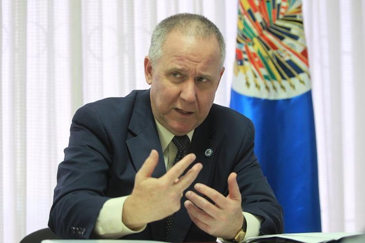 Lambert explica el motivo de la misión técnica y su agenda de trabajo, que concluirá con un foro el jueves. (Foto Prensa Libre: E. García)