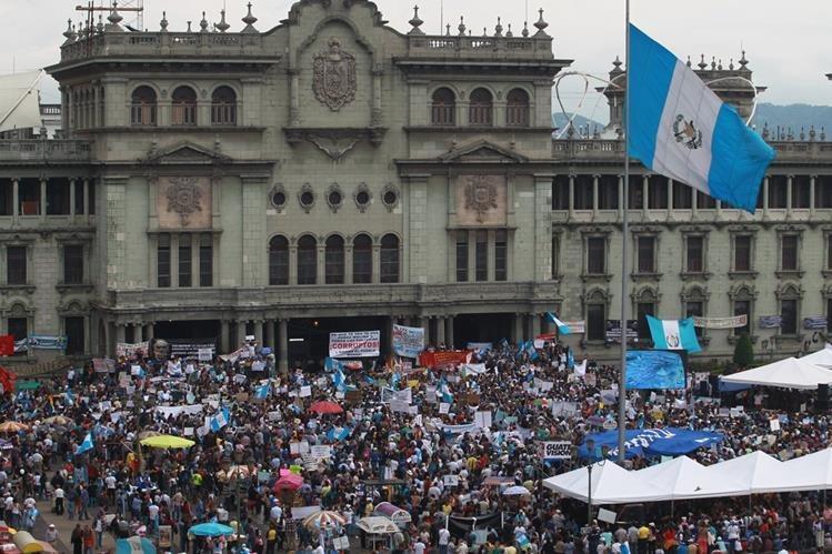 Durante 10 semanas consecutivas, los guatemaltecos han salido a las calles a pedir la renuncia del Presidente Otto Pérez Molina. (Foto Prensa Libre: Hemeroteca PL)
