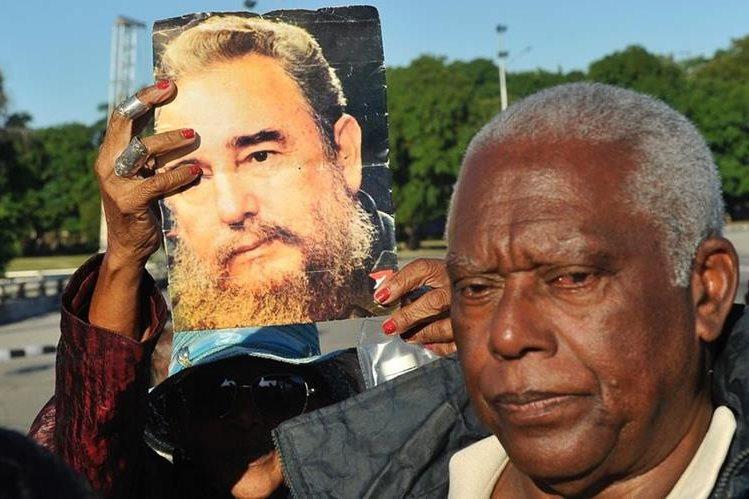 Una mujer sostiene una fotografía del fallecido líder cubano, Fidel Castro, en La Habana, Cuba. (Foto Prensa Libre: AFP).
