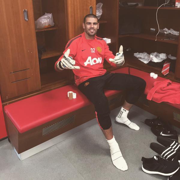 Víctor Váldes mantiene una buena actitud pese a la situación que vive en el United. (Foto Prensa Libre: Twitter Víctor Váldes)