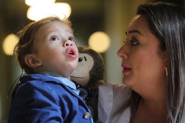 Mateo Fajardo Paiz junto a su madre Lizbeth. El pequeño pudo escuchar por primera vez este jueves. (Foto Prensa Libre: Érick Ávila).