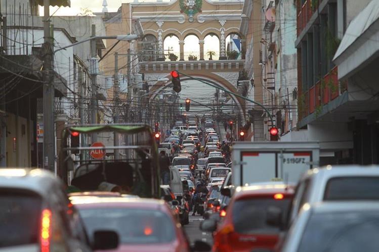La 12 calle de la zona 1, es una de las que más registran atascos en horas pico de la tarde. (Foto Prensa Libre: Álvaro Interiano)