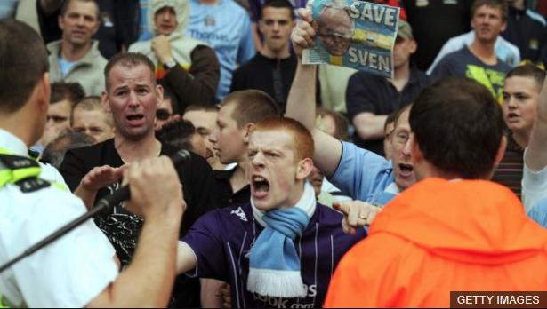Aficionados del Manchester City protestan tras la derrota sufrida por su equipo contra Middlesbrough en mayo de 2008. (Foto Prensa Libre: BBC News Mundo)