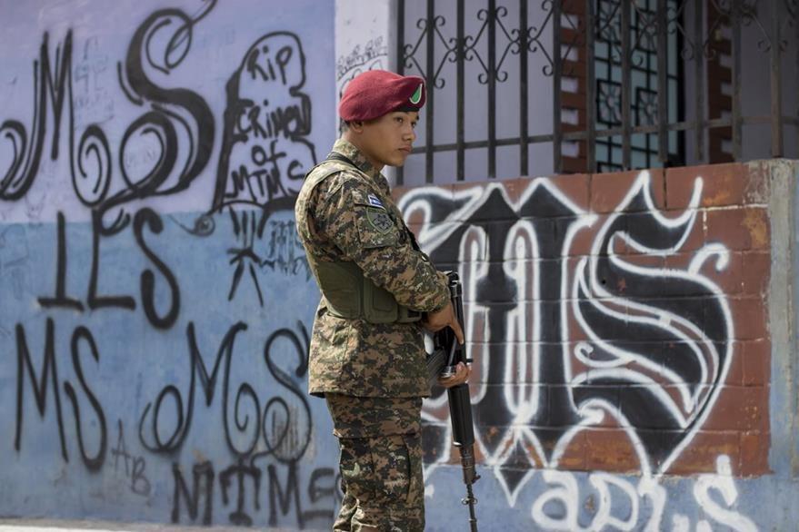 Un soldado patrulla las calles de Soyapango, El Salvador. (Foto Prensa Libre: AP).