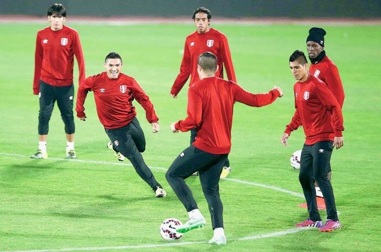 Los jugadores peruanos entrenaron ayer en el estadio de Valparaíso. (Foto Prensa Libre: EFE)