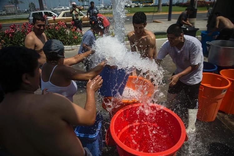 Las personas que habitan en asentamientos son las más afectadas por falta de agua. (Foto Prensa Libre: Hemeroteca PL)