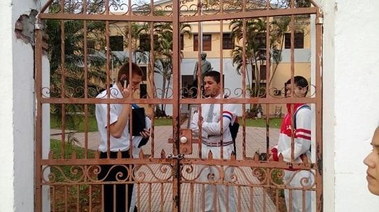 Un grupo de alumnos expulsados toman el establecimiento educativo luego de supuestos actos de bullying.