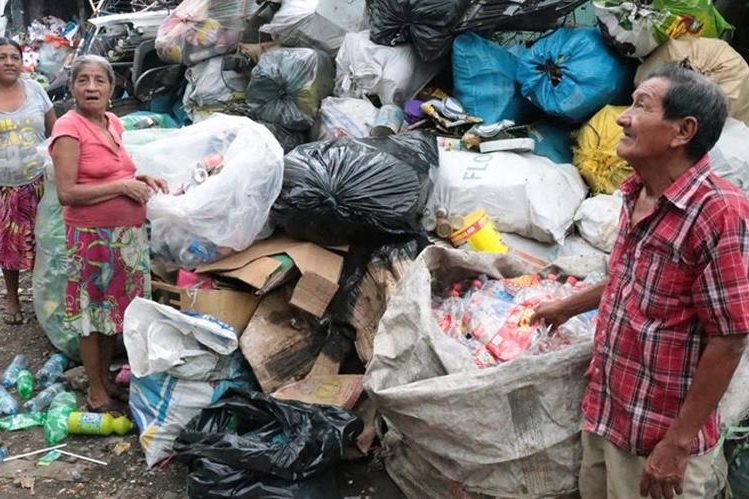 La familia Chang Cahuic, llevan 25 años de dedicarse a reciclar desechos. (Foto Prensa Libre: Cristian Soto)