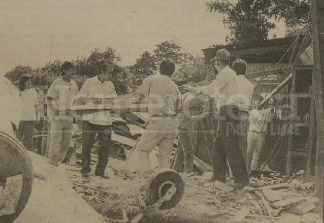 Vecinos descombran los restos de lo que fue la vivienda de la señora Pacheco de López, destruida al caerle la avioneta.  (Foto: Hemeroteca PL)