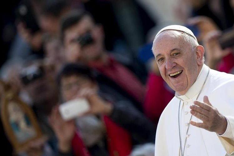 """En consonancia con los modernos métodos de evangelización, el Papa Francisco grabó el cd musical """"Wake up"""" (Despierta). Foto Prensa Libre: EFE)."""