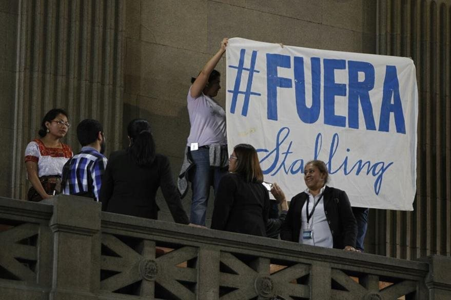 """Personas en el palco público del Congreso colocaron una manta con el mensaje """"Fuera Stalling"""". (Foto Prensa Libre: Paulo Raquec)"""
