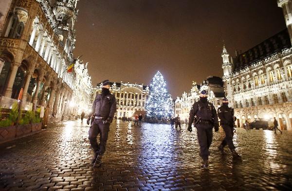 Soldados belgas vigilan en la Grand Place de Bruselas, Bélgica.