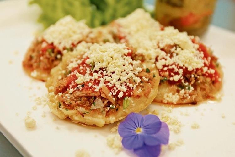 Las Garnachas son parte de la gastronomía típica de la Feria de Jocotenango en la ciudad Capital. (Foto Prensa Libre: Óscar Rivas).
