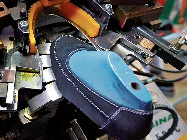 sE COLOCA el  zapato en la máquina que fija la suela con presión neumática. Ya con la suela  pegada  es ingresado a la máquina que enfría los componentes del zapato.