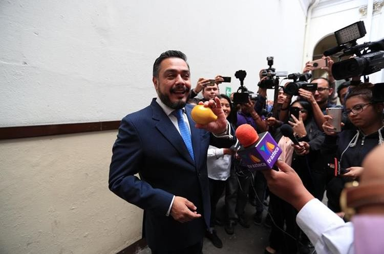 El jefe de la bancada oficial Javier Hernández Franco recibió el Limón y se comprometió a mejorar en 2018. (Foto Prensa Libre: Carlos Hernández)