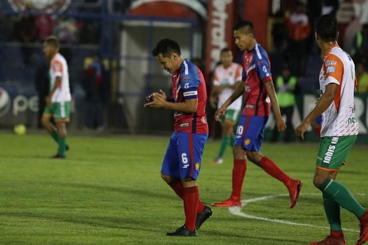 Xelajú MC le arruinó la noche a Siquinalá y consiguió el triunfo a pocos segundos del pitazo final. (Foto Prensa Libre: Raúl Juárez)