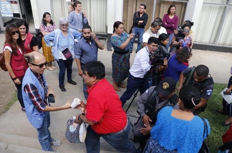 Bernardo Caal sale del tribual donde fue sentenciado en Cobán, Alta Verapaz. (Foto Prensa Libre: Auri Andersen)