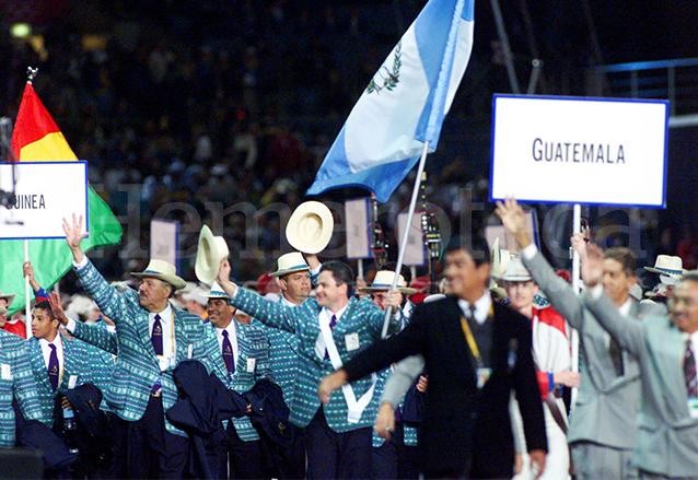 La delegación guatemalteca a su arribo a la ceremonia de apertura de los Juegos Olímpicos de Sydney 2000.  (Foto: Hemeroteca PL)
